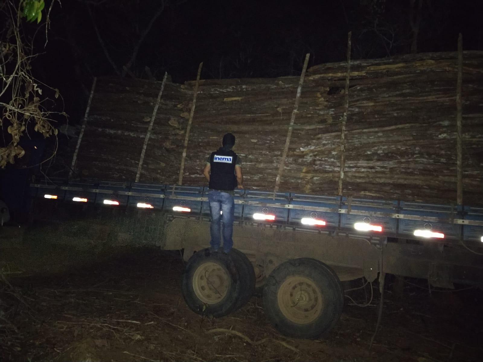 Caminhão com madeira ilegal