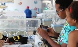 Hospital na Bahia promove mostra fotográfica com bebês vestidos de super-heróis