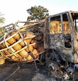 Caminhão carregado de botijões de gás explode na Bahia