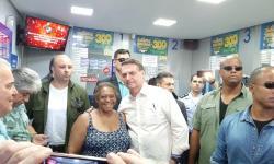 Bolsonaro vai a lotérica para fazer apostas na Mega da Virada