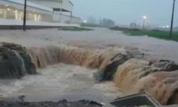 Ruas de Luís Eduardo Magalhães ficam alagadas após forte chuva