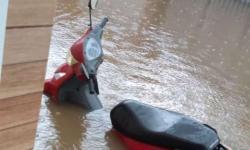 Chuva forte alaga ruas e água invade residências e comércios em Piritiba-BA
