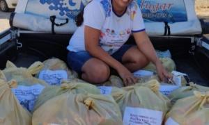 Professora Nívea doa cestas básicas para alunos na comunidade de Lagoa dos Veados em Miguel Calmon