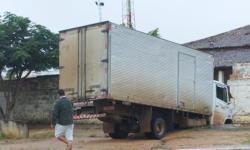Caminhão Baú bate em muro do CRESS em Serrolândia