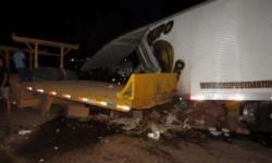 Duas pessoas morrem e criança de dois anos fica ferida após acidente com caminhões na Bahia