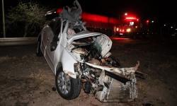 Batida entre caminhão e carro deixa uma pessoa morta e outra ferida na Bahia; veículo ficou destruído