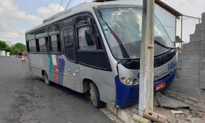 Ônibus desgovernado desce ladeira e colide em muro próximo ao cemitério de Jacobina