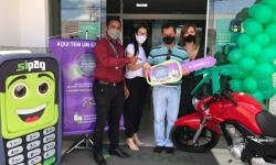 Sicoob realiza entrega de moto a associado serrolandense