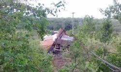 Caminhoneiro sofre acidente na BR-324, no contorno para Caém