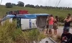 Viatura da PM transportando presos capota, dois morreram e quatro ficaram gravemente feridos