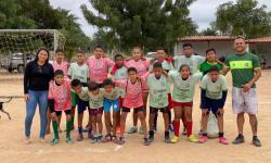 Vereadora Dayane do Sacolão doa kit de coletes para Escolinha de Futebol em Serrolândia