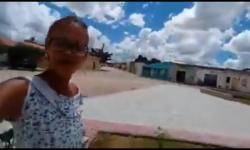 Moradora de Salamim em Serrolândia mostra orgulhosa nova praça