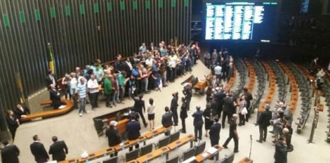 Manifestantes invadem plenário da Câmara e interrompem sessão