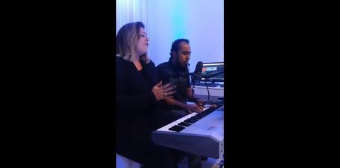 Moises e Elaine cantam musica que Whindersson Nunes fez após a morte do Cantor Gabriel Diniz
