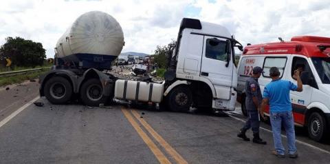Homem morre após colisão entre carro e carreta-tanque no sul da Bahia