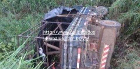 Caminhão 'pau de arara' que transportava alunos capota e deixa 17 feridos na Bahia