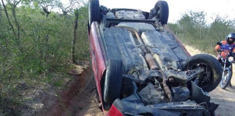 Veículo capota na estrada que liga Quixabeira ao Distrito de Jaboticaba