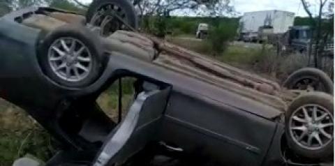 Veículo com passageiros capota na BR-324 após ser atingido por tiros