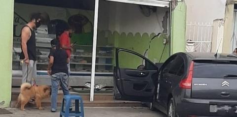 Condutor de veículo C4 colide em comércio na Praça Getúlio Vargas em Jacobina