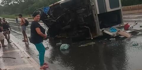 Acidente com van que seguia de Mairi para São Paulo deixa feridos na BR-135, em Curvelo - MG