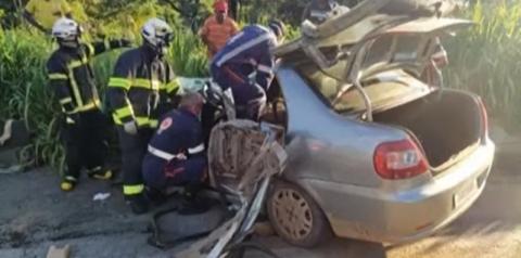 Mulher fica presa às ferragens após batida envolvendo dois carros e um caminhão no oeste da BA