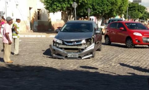 Miguel Calmon: Colisão entre dois carros no cruzamento da José Otávio de Sena com a Rua Ipiranga na manhã desta terça (9).