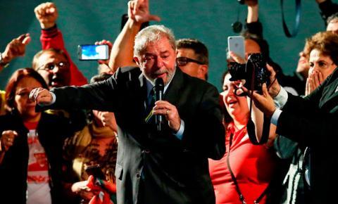 Em discurso, Lula chora e diz que se prepara para ser candidato em 2018