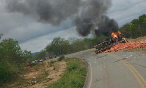 Homem morre carbonizado, em caminhão que capotou e incendiou no município de Saúde.