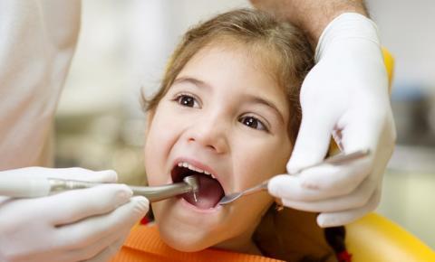 Dentistas apostam em formas de tratar a cárie sem o motorzinho