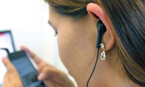 Jovens estão perdendo audição por uso de fone de ouvido, alerta Conselho de Fonoaudiologia