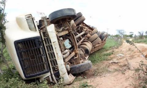Caminhão-pipa tomba entre Umbuzeiro e Várzea do Poço