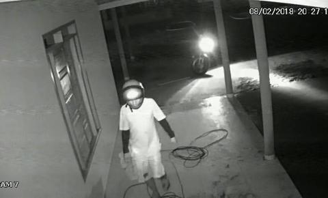 Câmeras flagram homem furtando sítio próximo à cidade. Veja vídeo