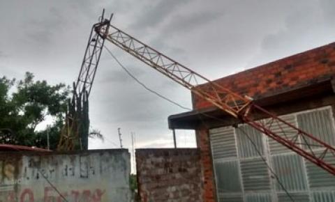 Temporal derruba torre de transmissão de rádio em Várzea do Poço