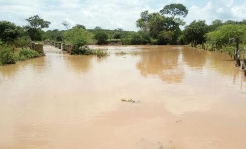Água passa por cima da ponte, no limite de Mairi e Várzea do Poço