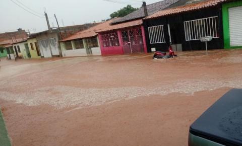 Chuva forte alaga ruas e causa transtornos aos moradores de Baixa Grande