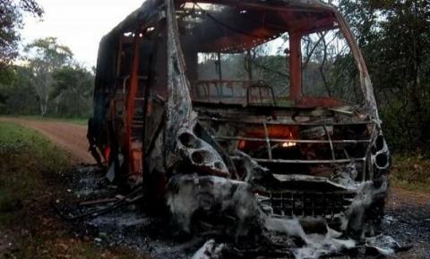 Ônibus escolar com 30 crianças dentro pega fogo no Piauí