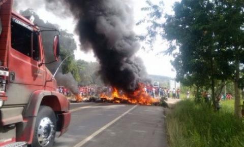 Integrantes do MST fecham trechos de rodovias na Bahia em protesto contra a prisão do ex-presidente Lula