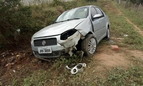 Motorista perde controle de veículo e bate em barranco