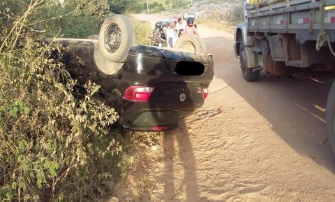 Carro capota no lixão de Mairi