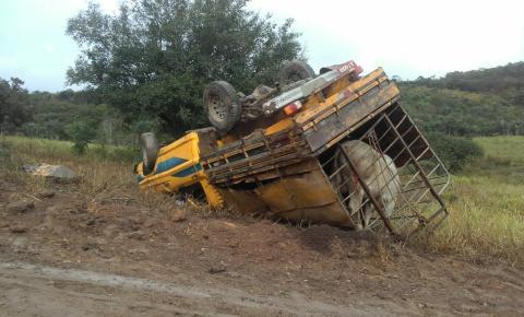 Caminhonete capota com dois bois em estrada vicinal de Miguel Calmon-Ba: Vídeo