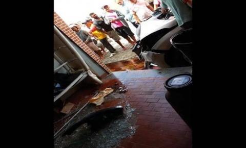 Veículo descontrolado colide em comércio no centro de Mairi