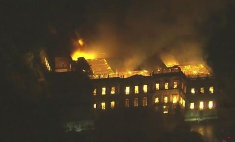 Incêndio de grandes proporções destrói o Museu Nacional, na Quinta da Boa Vista no Rio de Janeiro