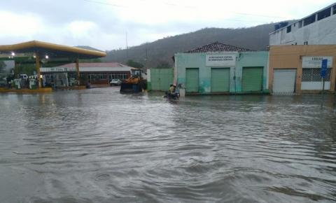Chuva forte alaga ruas e alegra moradores de Miguel Calmon