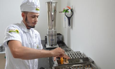 Jovens do interior da Bahia produzem picolés e sorvetes com frutas da Caatinga