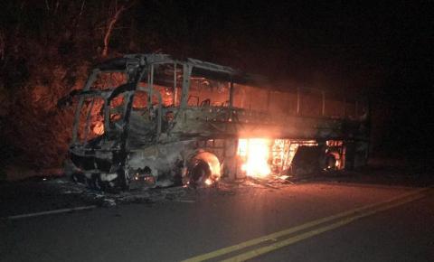 Ônibus com 45 passageiros pega fogo em rodovia próximo a Morro do Chapéu