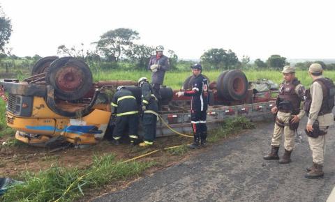 Motorista de caminhão morre após veículo tombar em batida envolvendo outros dois carros na BA; 4 ficaram feridos