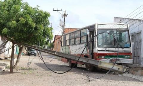 Ônibus desce desgovernado e derruba poste de energia