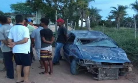 Veículo capota após colidir com um poste entre Maracujá e Alto do Capim