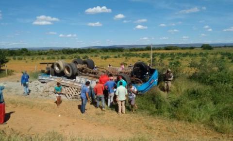 Região de Irecê: Caminhão capota próximo a Cafarnaum-BA e motorista morre no acidente.