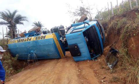 Caminhão pipa tomba em Mairi